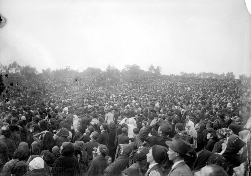 Crowds at Fatima witness the miracle of the sun